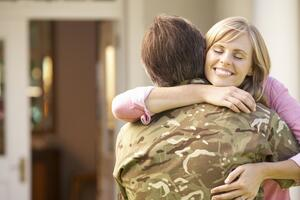 Military_Spouse_Hug